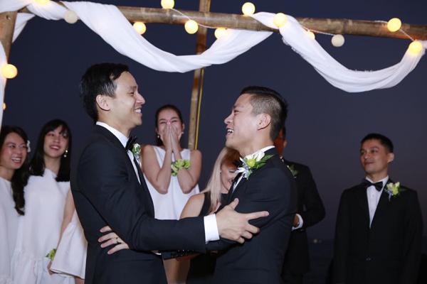 Nhiều sao Việt đã không giấu được nước mắt khi chứng kiến phút giây hạnh phúc của Adrian Anh Tuấn và Sơn Đoàn.