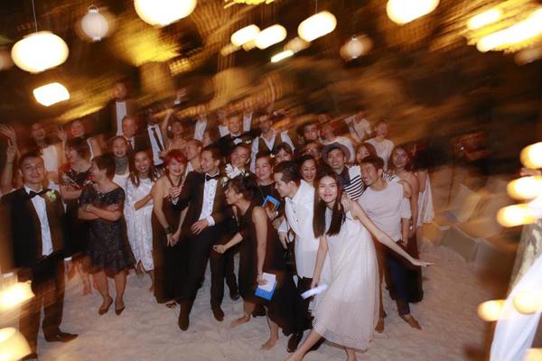 Các khách mời cùng những người đẹp nổi tiếng của làng giải trí Việt cùng tham gia tiệc tối sau khi những nghi lễ chính thức vừa kết thúc.