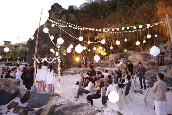 Chiều ngày 24/1, đám cưới đồng tính của nhà thiết kế Adrian Anh Tuần và Sơn Đoàn đã được tổ chức tại bờ biển xinh đẹp Nha Trang.