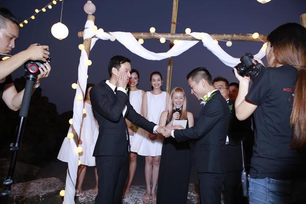 """""""Cô dâu"""" Adrian Anh Tuấn trao nhẫn cưới cho chú rể Sơn Đoàn."""