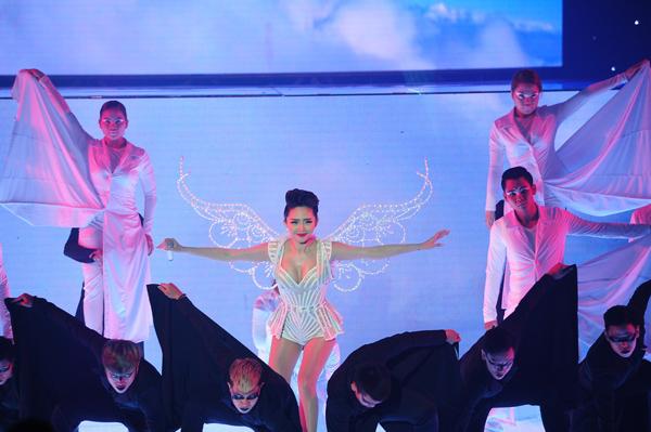 Team ca sĩ Tóc Tiên mang đến ca khúc 'Thiên thần' - cũng là hit của giọng ca sinh năm 1989. Ban đầu, Tóc Tiên xuất hiện với hình ảnh sang trọng, quyến rũ, sau đó cô cởi phăng chiếc váy bên ngoài, phô diễn vẻ gợi cảm với chiếc váy ôm sát. Cô vừa hát vừa thể hiện những động tác vũ đạo điêu luyện. Nguyễn Hải Phong nhận xét phần hòa âm của tiết mục rất 'chất' và sáng tạo.