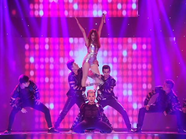 Team của ca sĩ Bảo Anh trình bày 'Nhớ nhung'. Bảo Anh mặc jumpsuit khoe chân thon, vừa hát vừa nhảy cùng vũ đoàn Hoàng Thông. Lưu Thiên Hương không nghĩ Bảo Anh lại sexy, duyên dáng và nhảy hay như vậy, còn DJ chơi rất hay.