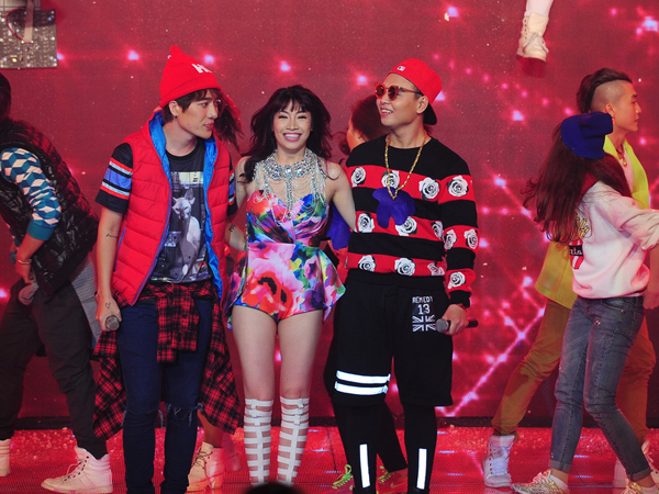 Team của ca sĩ Pha Lê mở màn chương trình với liên khúc 'Let it go - Chuyện nhỏ'. Pha Lê hóa thân thành nữ hoàng băng giá với chiếc váy có đuôi dài hàng chục mét. Nguyễn Hải Phong thích mở màn nhẹ nhàng của đội này.