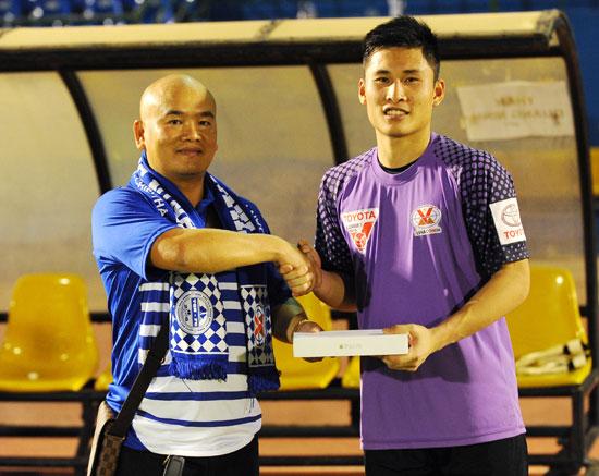 Bị thủng lưới, thủ môn Than Quảng Ninh vẫn có iPad