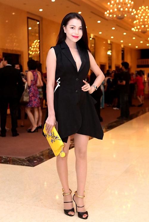 Trà Ngọc Hằng giúp mình thu hút hơn tại sự kiện bởi mẫu ví cầm tay có gam màu rực rỡ và đính đá quý tinh xảo của Dior có giá 4.000 USD.