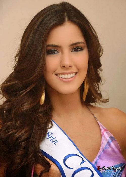 Tân Hoa hậu không chỉ xinh đẹp, gợi cảm mà còn rất thông minh. Cô tốt nghiệp một trường trung học dành cho người Đức ở Colombia và có thể nói được hai ngoại ngữ khác là Anh và Pháp. Người đẹp hiện là sinh viên khoa Quản trị kinh doanh của Đại học Javeriana ở Bogota, thủ đô Colombia.