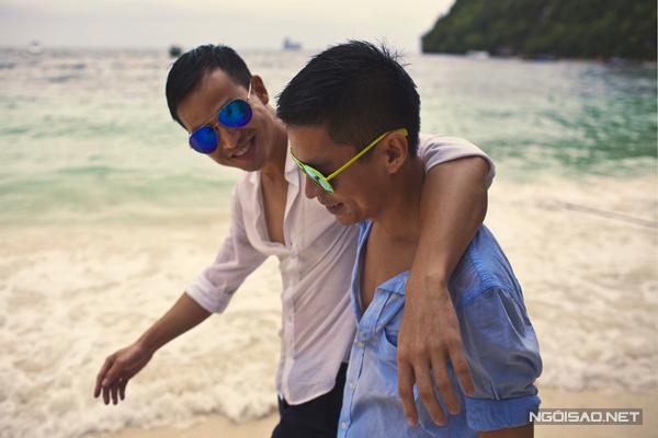 Sau 3 năm yêu nhau, nhà thiết kế Adrian Anh Tuấn đã quyết định gắn bó cuộc đời mình cùng   bạn trai bằng một lễ cưới cô cùng lãng mạn.