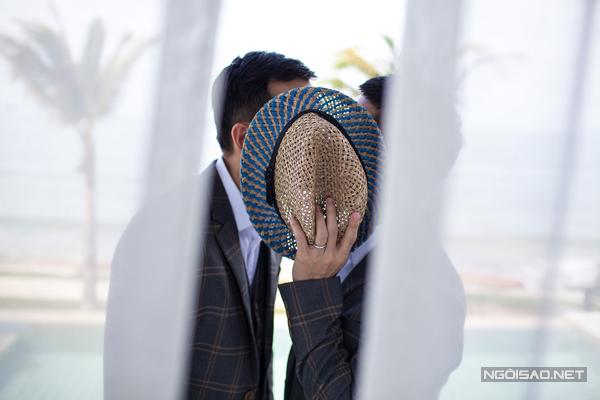 Tang Tang đã đồng ý với Adrian & Sơn là sẽ chỉ chụp lại những khoảnh khắc vui vẻ đáng nhớ của kỳ nghỉ này để giữ làm kỷ niệm, thay vì chụp theo kiểu đám cưới truyền thống.