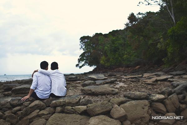Khoảng khắc hạnh phúc và ấm áp của cặp đôi đồng tính trên bãi biển đầy thơ mộng của Thailand.