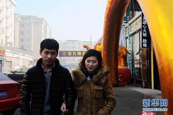 Pan Yu, 28 tuổi, bị câm điếc bẩm sinh. Chồng Pan cũng bị khuyến tật như cô nhưng có biểu hiện của bệnh mấy tháng sau khi chào đời. Cả hai vợ chồng đều cùng độ tuổi. Họ đang làm việc cho một nhà hàng lẩu ở thành phố Cáp Nhĩ Tân, tỉnh Hắc Long Giang, đông bắc Trung Quốc. Trong ảnh, Pan và chồng