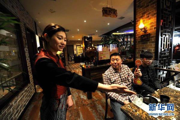Ông chủ nhà hàng này thuê 23 người câm, điếc, độ tuổi từ 21 đến 39, làm đầu bếp, phục vụ và nhiều vị trí công việc khác. Số nhân viên bị điếc chiếm tới 50% tổng nhân viên của nhà hàng.