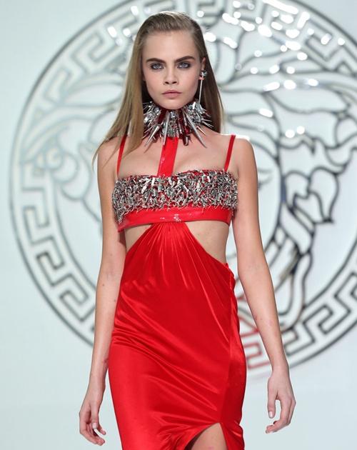 Cara-Delevingne-Versace-Runway-4385-7755