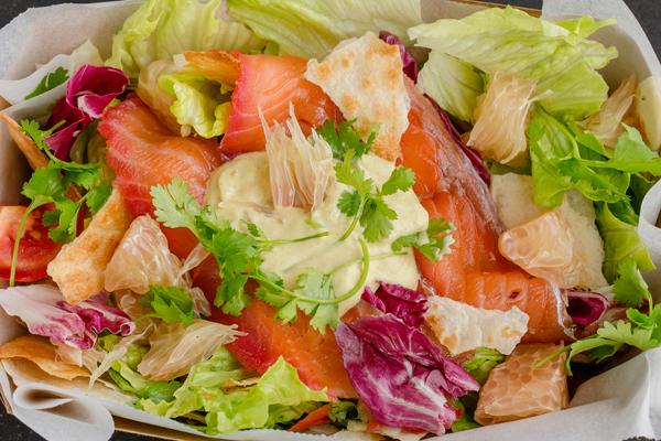 Hộp Sa Lát Healthy: Cá hồi muối củ dền, xà lách romaine, bưởi, rau thơm, tortilla giòn với sốt làm từ quả bơ, sữa chua, chanh