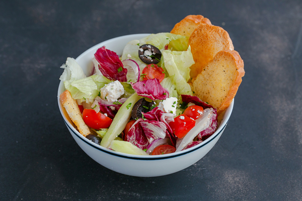 Sa lát Hi Lạp giòn với xà lách iceberg, romaine, cải radicchio, dầu oliu, bánh mì giòn và dấm