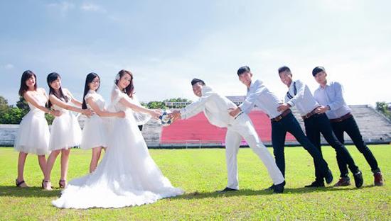 Tiền vệ Nguyễn Duy Khanh quyết định chia tay đời sống độc thân để đưa bạn gái Kim Tuyến về cùng xây tổ uyên ương. Ngày 5/10, lễ đính hôn diễn ra tại Cao Lãnh để làm bước đệm cho ngày cưới của cả hai diễn ra vào tháng 1.