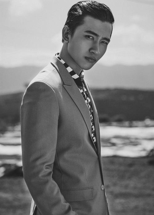 Nhà thiết kế Trần Minh Dũng chọn sắc trắng và đen làm hai tông màu chủ đạo cho bộ sưu tập thời trang dành cho nam giới mới nhất của mình.