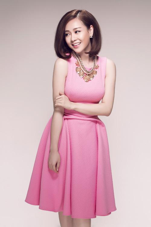 Sắc hồng cánh sen dịu ngọt trên thiết kế váy xếp nếp ấn tượng cho những bạn gái yêu nét lãng mạn.