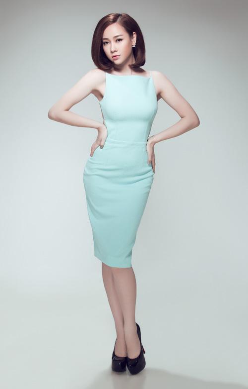 Cùng với các dáng váy xoè tôn nét đáng yêu, váy ôm khít eo cũng được giới thiệu trong bộ sưu tập để gíup các bạn gái yêu phong cách sexy khoe hình thể gợi cảm.