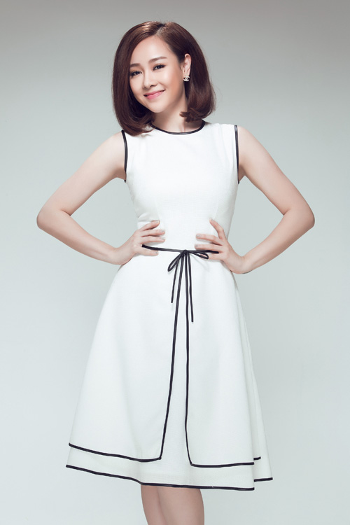 Váy sát nách với điểm nhấn những đường viền đen nổi bật trên toàn thân váy trắng thanh lịch và hiện đại.