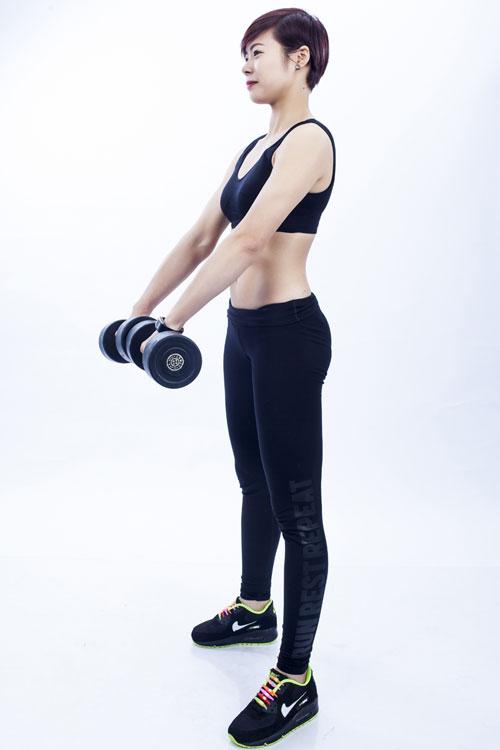 Đây là bài khởi động hoàn hảo cho phần cánh tay và toàn bộ vùng cơ bụng của bạn. Chìa khóa để thực hiện thành công bài tập này giữ được tư thế vững khi di chuyển tạ quanh vùng hông.