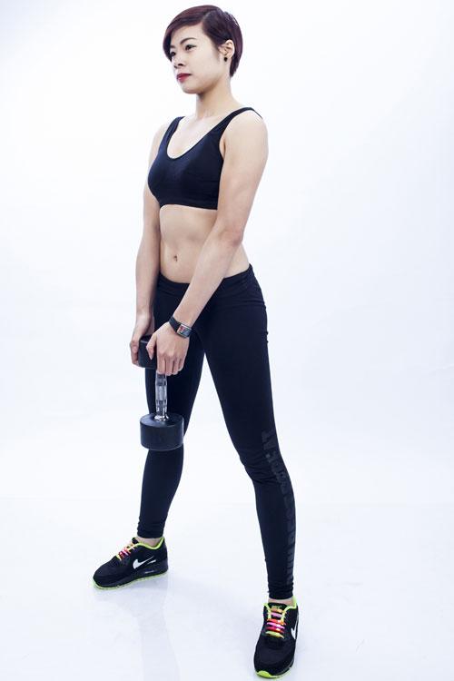 Dùng lực ở phần cơ lung dưới kéo phần vai và thân trên trở lại vị trí cũ (chú ý đứng thẳng bẻ vai hết cỡ và căng phần ngực). Lặp lại động tác từ 10-15 lần và lưu ý luôn luôn giữ thẳng toàn bộ phần lưng.