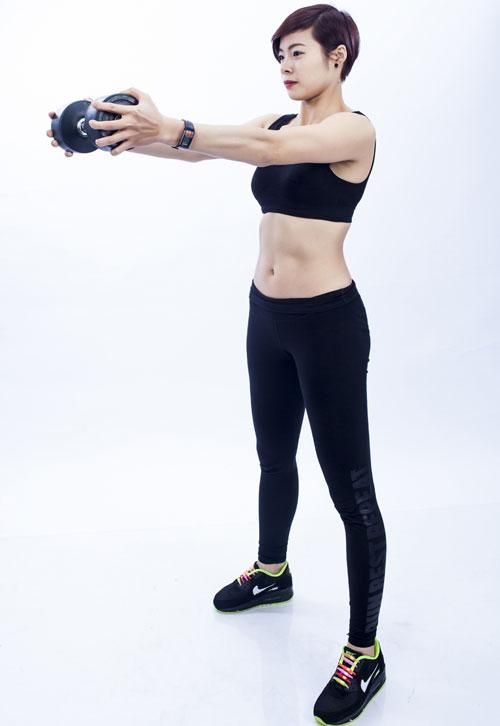 Dùng lực ở phần cơ lung dưới kéo phần vai và thân trên trở lại vị trí cũ kết hợp hai tay đẩy tạ ngang tầm nhìn