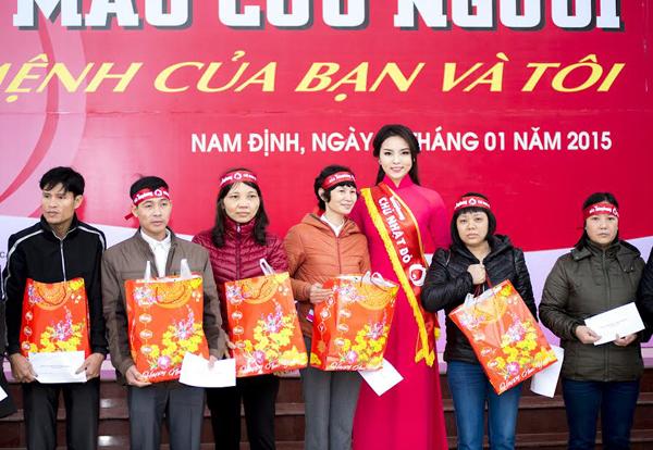người đẹp 18 tuổi còn trích 20 triệu đồng trong tổng số tiền thưởng Hoa hậu Việt Nam 2014 để tặng cho những trường hợp công nhân có hoàn cảnh khó khăn. Cô trao 40 suất quà, mỗi suất 500.000 đồng.