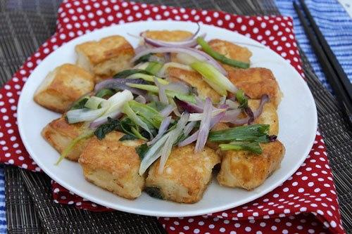 Món đậu phụ rang muối với đậu phụ chiên vỏ giòn, gia vị đậm đà, dùng làm món mặn ăn với cơm hay đồ nhắm đều ngon.