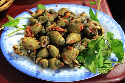 Những con ốc to bằng đầu ngon tay được rang muối ớt thơm nức với vị cay xé lưỡi khiến người ăn phải xuýt xoa.