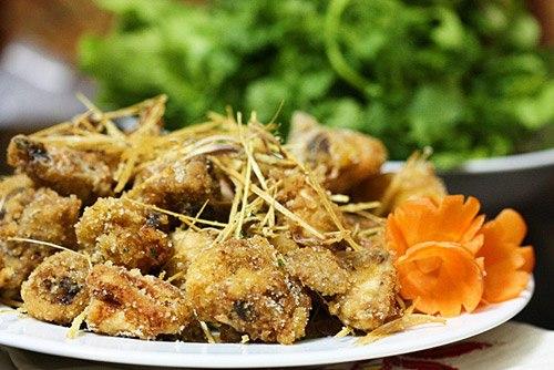 Ngoài các món gà luộc, gà quay, gà kho thì món gà rang muối cũng rất dễ ăn mà không bị cảm giác béo ngậy.