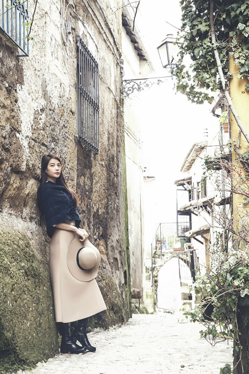 [Caption]Trong chuyến đi công tác tại châu Âu, Trương Ngọc Ánh cùng ê kíp của mình thực hiện một bộ ảnh thời trang mang phong cách lãng mạn cổ điển. Chị chia sẻ, đây là phong cách thời trang mà chị yêu thích từ lâu.