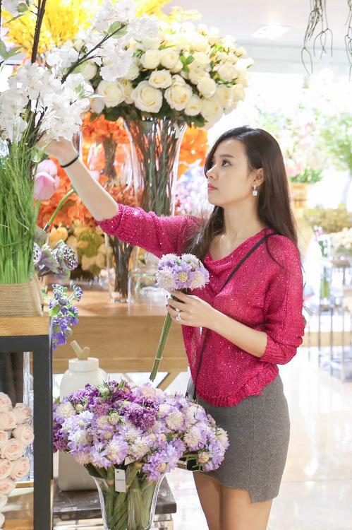Từ khi yêu Phan Thành, cô cũng hạn chế tham gia các hoạt động showbiz, đi sự kiện... để lui về làm hậu phương cho anh.