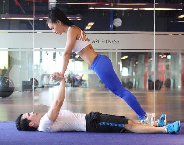Nam nữ ở tư thế chống đẩy, đối mặt nhau. Nam nằm dưới tách 2 chân, nữ chụm chân ở giữa 2 chân nam. Giữ chặt tay nhau, cẳng tay thẳng.