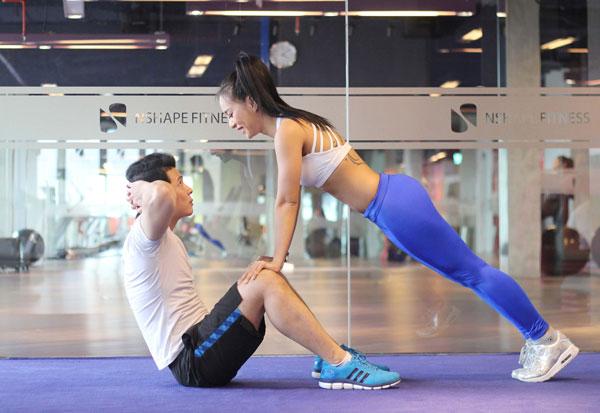Nam thực hiện động tác gập bụng sit up rồi trở về tư thế ban đầu, nữ thực hiện động tác chống đẩy push up rồi trở về tư thế chuẩn bị ban đầu.