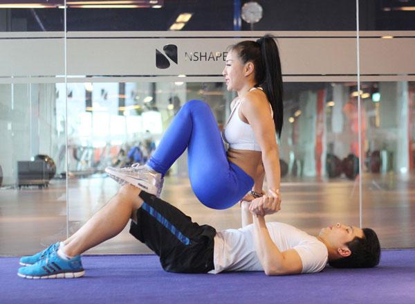 Nữ ép sát khuỷu tay vào người, siết bụng, từ từ hạ khuỷu tay xuống 90 độ, đồng thời thở ra, giữ cho vai cách xa lỗ tai, sau đó hít vào trở về tư thế chuẩn bị.
