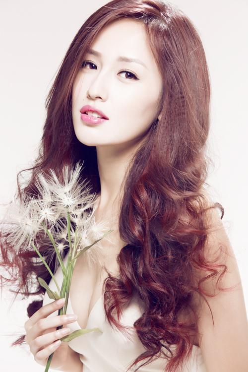 Mai Phương Thúy rất tinh tế khi chọn tông đồng đậm hơn một chút vì mái tóc của cô khá dài và dày. Màu tóc quá sáng sẽ khiến mái tóc dài trông xơ xác, kém óng ả, mềm mượt.