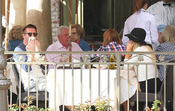 Cặp đôi cùng nhau thưởng thức bữa trưa nhẹ nhàng trong một ngày tràn ngập ánh nắng.