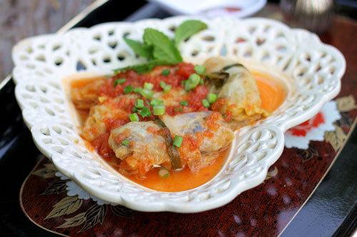 Lá bắp cải ngọt cuộn hỗn hợp thịt, mộc nhĩ, miến giòn giòn hấp chín rồi sốt qua cà chua, ăn đậm đà, hấp dẫn.
