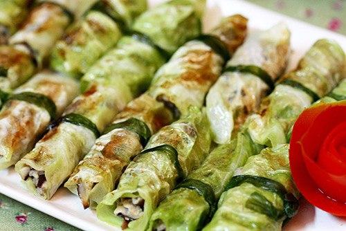 Ngoài nấu canh, bắp cải có thể dùng để cuốn thịt ăn như món mặn cũng vừa miệng.