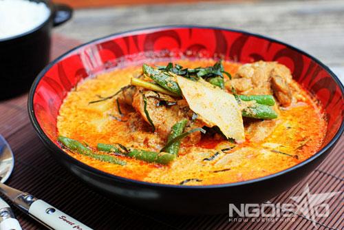 Vị cay nhẹ của cà ri Thái quyện cùng với vị beo béo của nước cốt dừa và sữa tươi sẽ không khiến bạn có cảm giác ngấy như cà ri thông thường.
