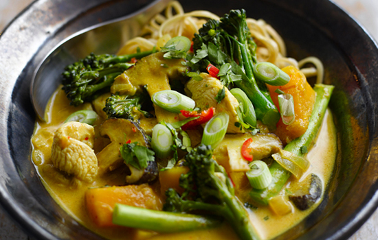 Vị thơm nồng của cà ri, chua cay của nước dùng thấm vào trong từng sợi mì chắc chắn sẽ mang đến một món ăn vừa ngon vừa lạ miệng cho bạn.