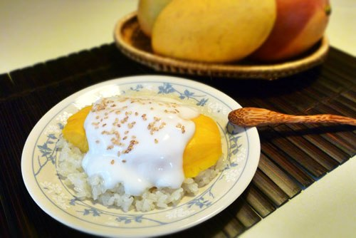Từng miếng xoài ngọt lịm, ăn kèm với xôi trắng béo ngậy mùi nước cốt dừa và vị thơm của vừng rang vàng cho bạn một món tráng miệng kiểu Thái rất ngon.
