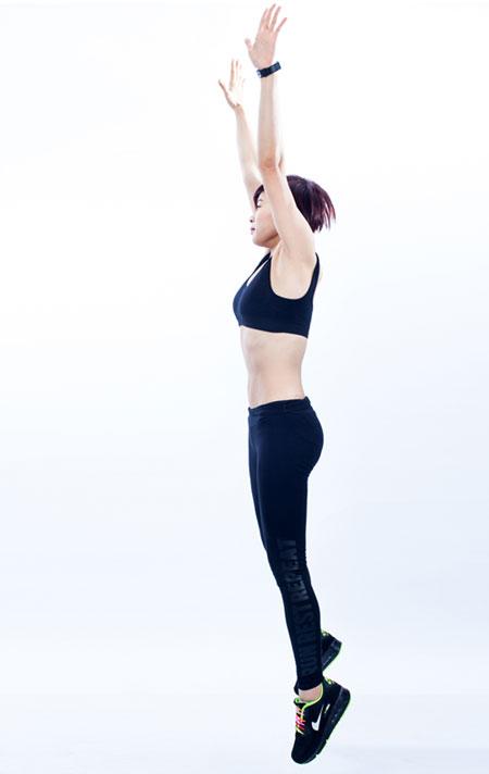 Thế 4: Bật nhảy lên cao: dùng lực của chân đưa thân người lên cao đồng thời 2 tay đưa từ dưới lên trên