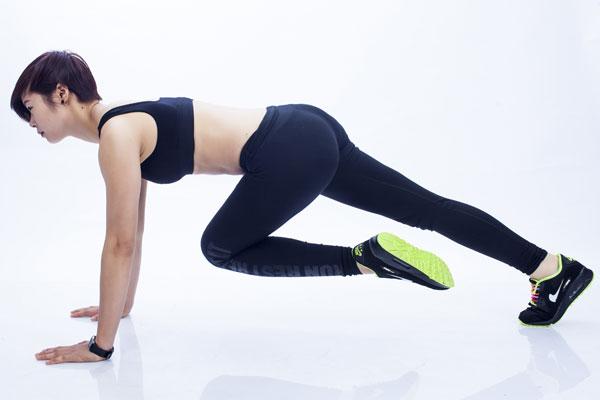 Thế 1: Giữ nguyên tư thế chống đẩy, thu ép gối chân trái lên ngực