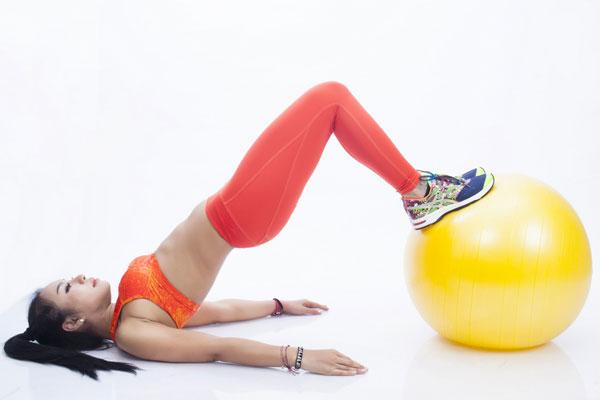 Thực hiện: Siết bụng, đẩy mông lên khỏi mặt đất