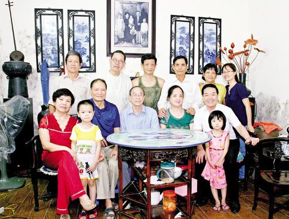 Sau 60 năm xa cách, ông Hùng (người đứng thứ 3 từ phải sang) đã tìm được người thân ở Hà Nội