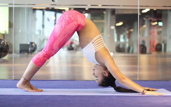 - Bắt đầu chuỗi động tác này bằng tư thế úp mặt xuống sàn. Thở đều và giữ tư thế này trong 5 nhịp thở.