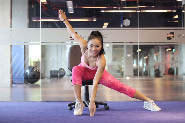 Nhanh chóng bật đổi chân, đổi tay, đưa chân trái về tư thế gập vuông góc 90 độ so với sàn nhà, chân phải duỗi thẳng. Tay trái duỗi thẳng đưa về phía sau  lưng, tay phải chạm mũi chân trái, người cúi gập. Lặp lại động tác 30 lần.