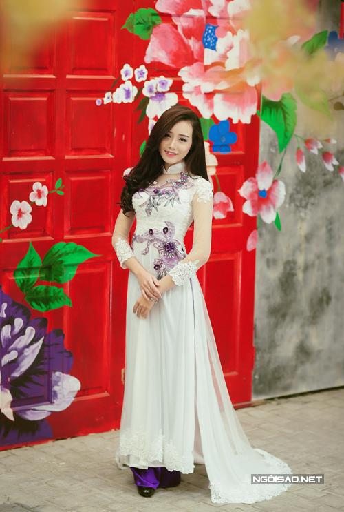 Áo dài cách tân giống váy cưới, thêu hoa nổi