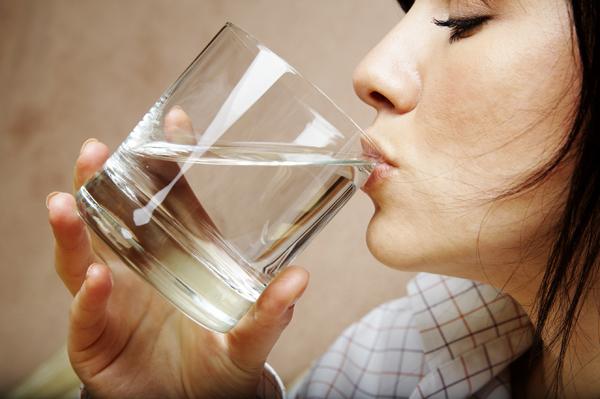 Luôn có một cốc nước trên bàn làm việc.
